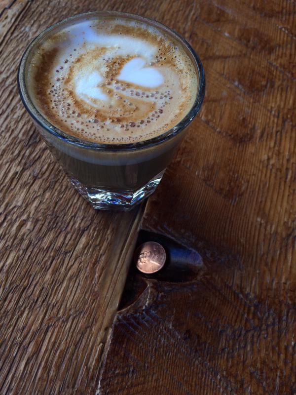 나는 길에 떨어진 동전, 소위 Lucky penny를 잘 발견하는데, 오늘은 오랜만에 온 카페 테이블에서도 하나 발견. 그 옆은 Gibraltar. Fix Coffee에서.